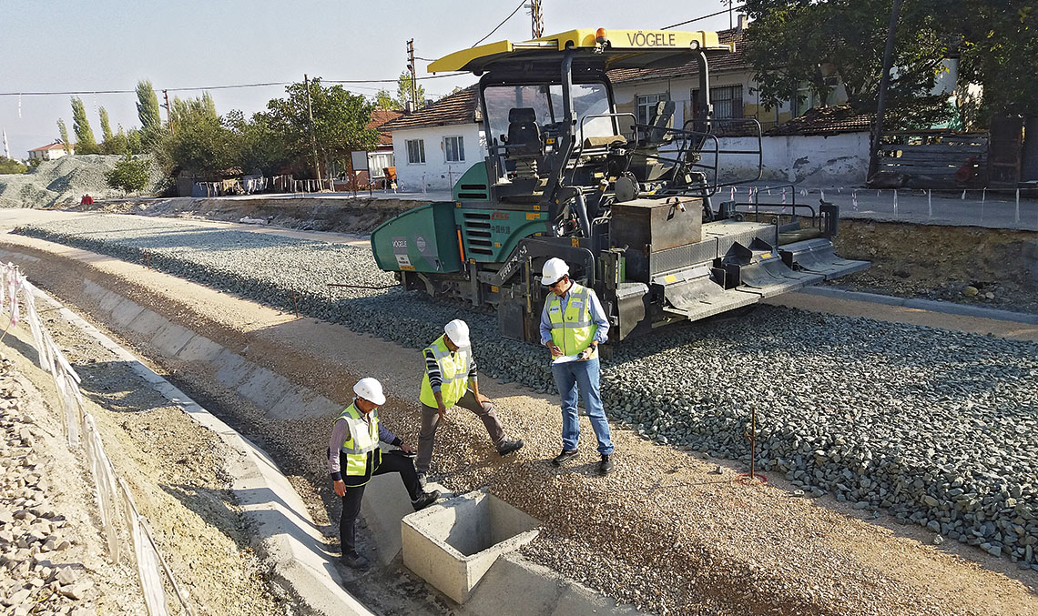 SAMSUN-KALIN LINE. The Ineco project leader Francisco Ramos (right) supervising the execution of the crossings for laying cables, together with Ilhan Kök, UBM technician, and Ümit Terzan, TCDD technician, on the stretch opposite Suluova station.