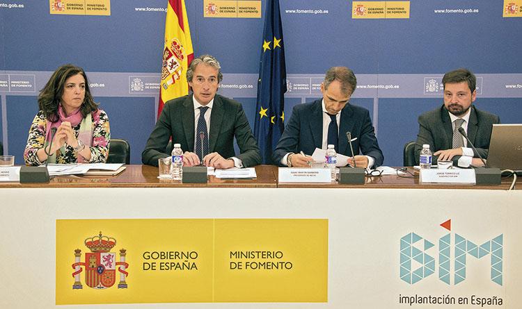 From left to right: Rosana Navarro, undersecretary of Public Works, Íñigo de la Serna, minister of Public Works, Isaac Martín-Barbero, chairman of Ineco and Jorge Torrico, deputy general manager of BIM. / PHOTO_ELVIRA VILA