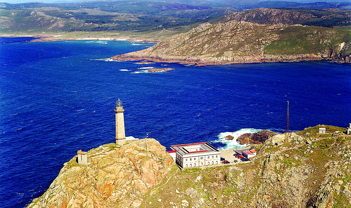 MORE THAN JUST LIGHTHOUSES. The photo shows the Cabo Vilán lighthouse in Camariñas (A Coruña), which has a 62 m2 exhibit hall that is also available for events, an interpretation centre, a café, and a tourist information point. / PHOTO_ PORT AUTHORITY OF A CORUÑA